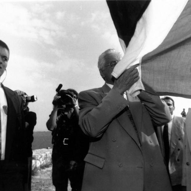 Dr. Franjo Tuđman dan nakon oslobođenja Knina ljubi zastavu na mitskoj tvrđavi