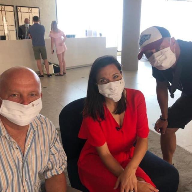 Američka TV ekipa sa zaštitnim maskicama s likom sv. Vlaha