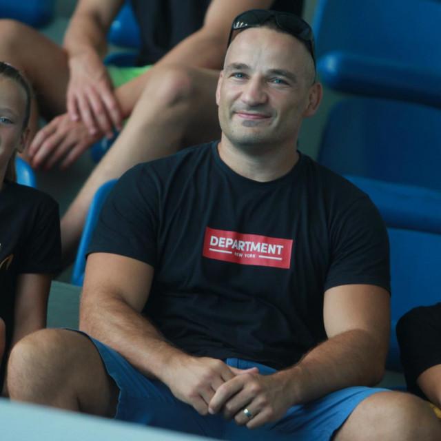 Sportska familja - plivačice, sestre Perak, Mia i Lea sa svojim tatom Kristijanom, uspješnim dubrovačkim MMA borcem foto: Tonči Vlašić
