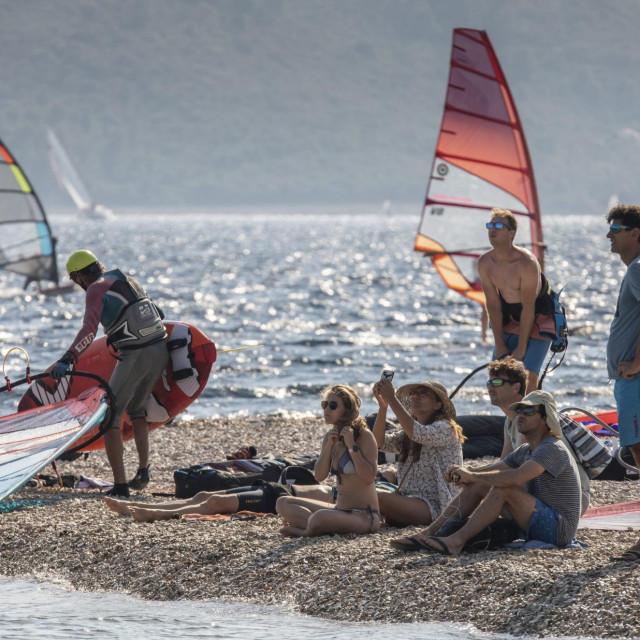Raj za surfere na plaži Punta (Ponta). Viganj unatoč krizi i problemima u turizmu zbog koronavirusa bilježi prebačaj u turističkim noćenjima u odnosu na prošlu godinu