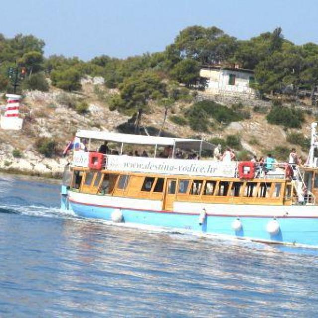 Plovidba Kanalom svetog Ante pokraj Šibenika kratka je, ali ima se što vidjeti i doživjeti