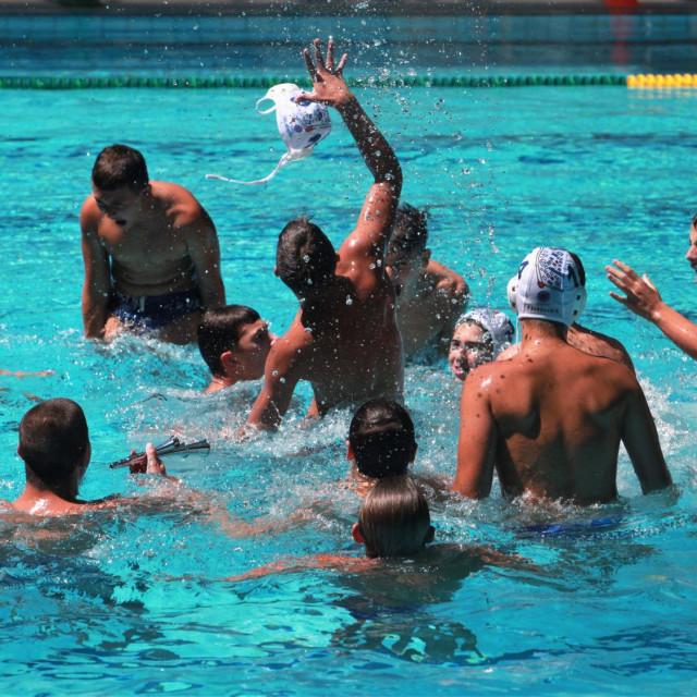 Pobjedničko kupanje kadeta Jug Adriatic osiguranja nakon 12:10 pobjede u finalu Kupa HRvatske protiv riječkog Primorja EB foto: Tonči Vlašić