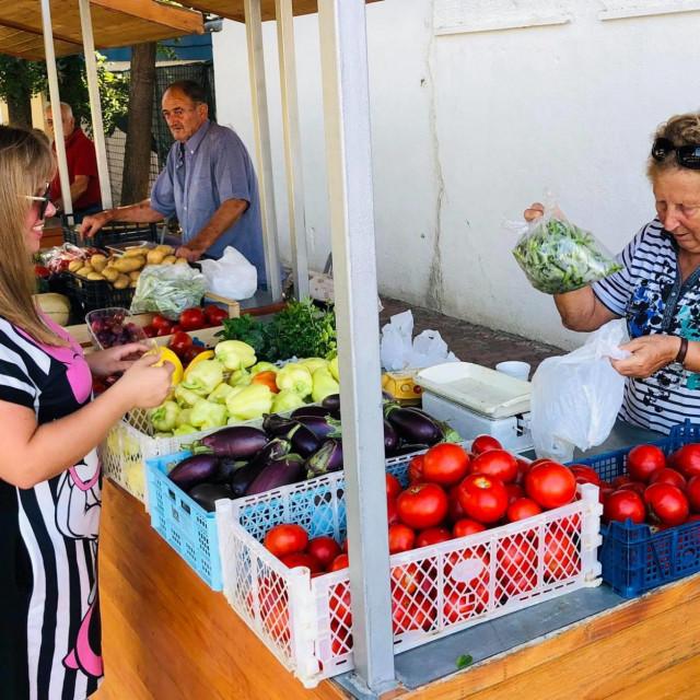 Na Župskoj placi čeka vas bogata ponuda domaćeg voća i povrća