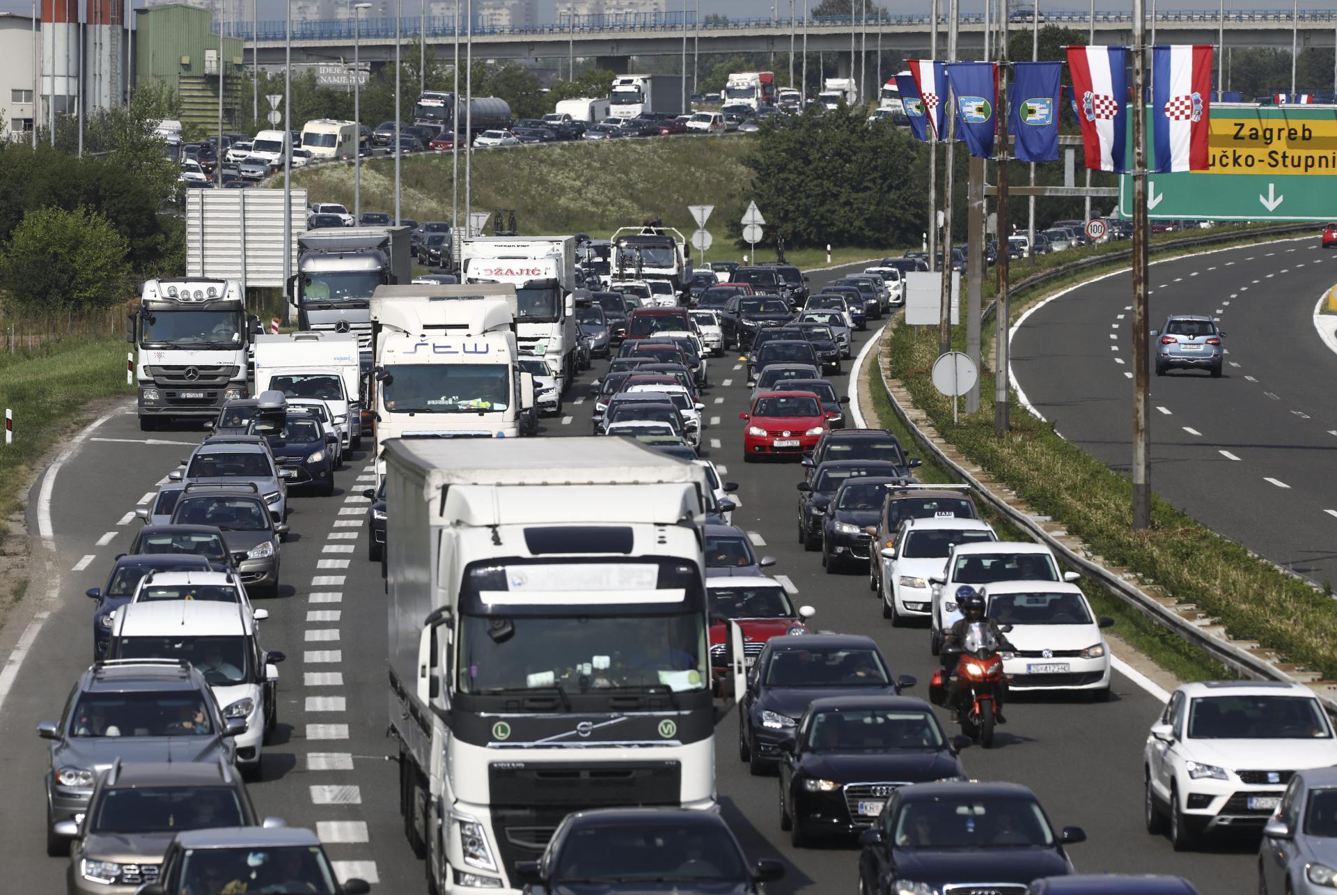 HAK upozorava na pojačan je promet prema moru: na autocesti moguće gužve, pred naplatom Lučko se stvaraju kolone, zastoji i na graničnim prijelazima