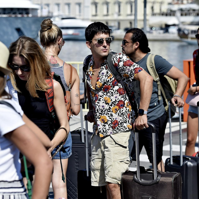 Split, 010820.<br /> Pojacani promet u trajektnoj luci. Unatoc pandemiji koronavirusa velik broj turista ceka na trajekte koji voze na srednjodalmatinske otoke.<br /> Na fotografiji: turisti u luci cekaju trajekt za Hvar.<br />