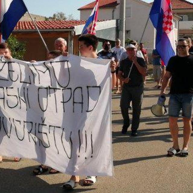 Prosvjed stanovnika Sinjoretova zbog opasnog otpada.