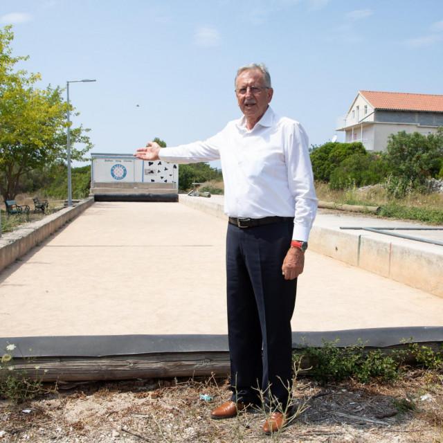 Načelnik na lokaciji budućeg doma za starije osobe u Srednjem selu