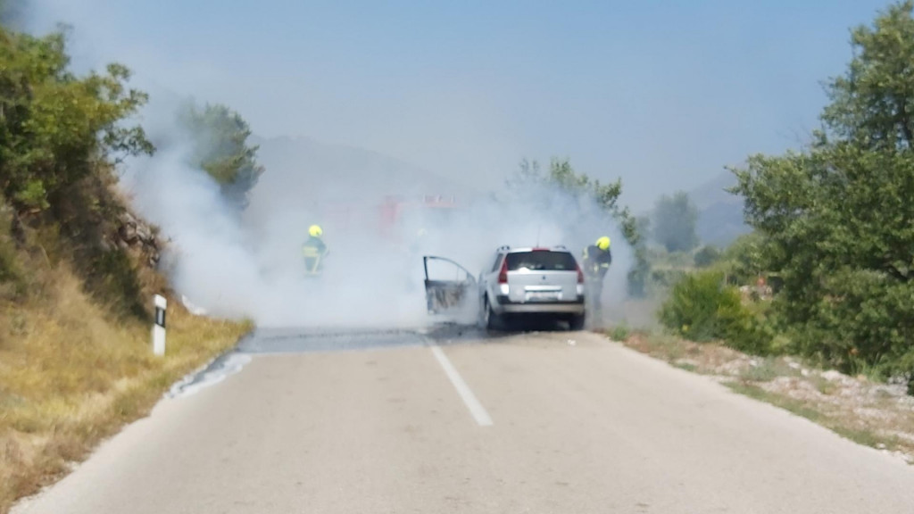 U Pločicama je došlo do zapaljenja osobnog vozila zagrebačkih registarskih oznaka