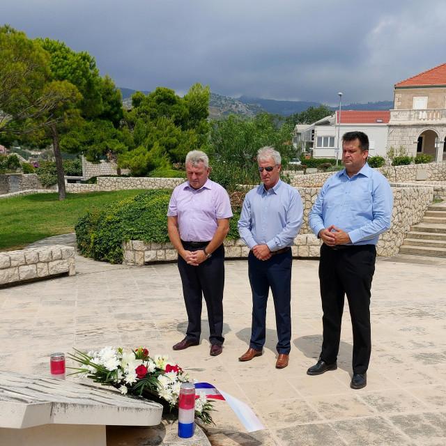 Cvijeće i svijeće u znak sjećanja na poginule branitelje i civilne žrtve u Domovinskom ratu