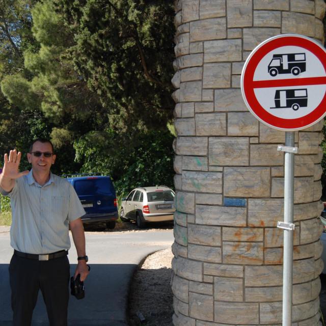 Branko Kronja pored 'spornog' znaka