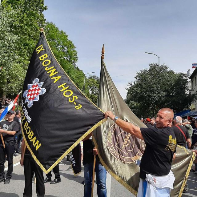 Velika skupina sa zastavama još uvijek je pred ogradom na ulazu na trg i pjeva 'Zovi samo zovi'
