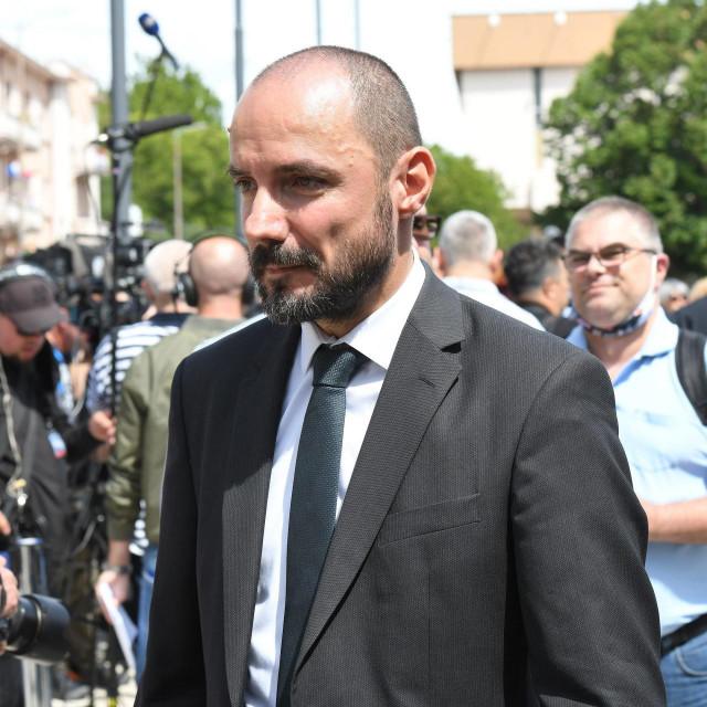 """U Srbiji, političari i provladini listovi su odluku Borisa Miloševića da dođe u Knin ocijenili """"besramnom"""", navodi AFP."""