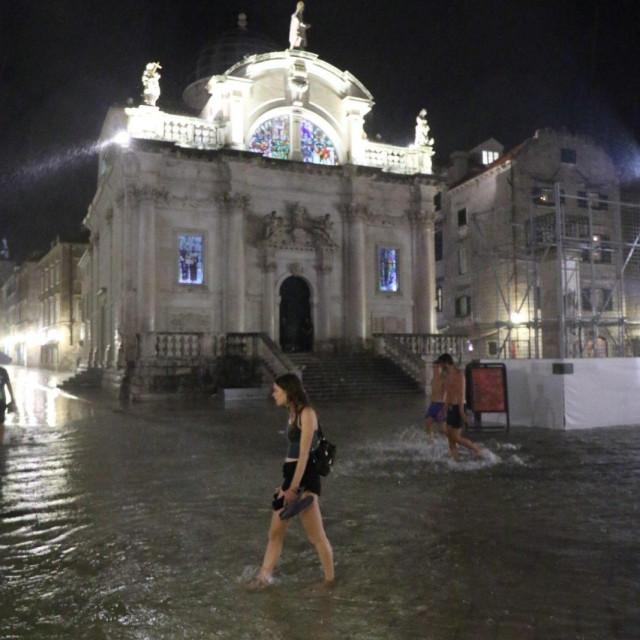Stradun je u utorak navečer opet poplavio