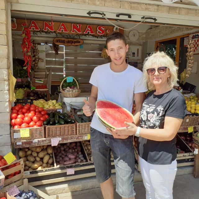 Vafira Fetai i Josip Bogdan na tržnici u Jelsi