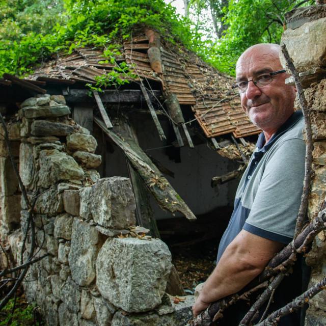 Miloš Rusić ispred kuće svoje bake
