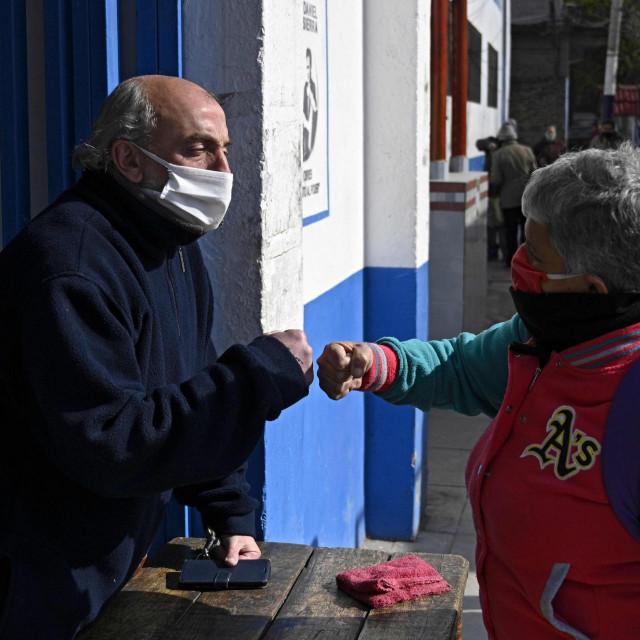 Neki u Parizu već nose maske i na otvorenom, ali od ponedjeljka će to morati činiti baš svi