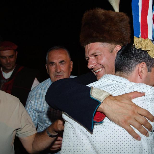 Ivo Zorica sa rođakom Antom, također alkarom, te stricom Ivanom Zoricom nekadašnjim alajčaušem