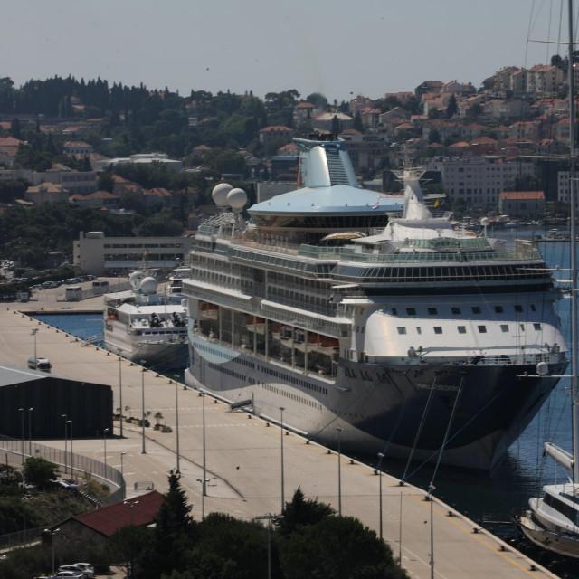 Kruzer Marella Discovery 2 tvrtke TUI Cruise uplovio je danas u grušku luku i biti će, prema najavama, u Dubrovniku do travnja 2021. godine