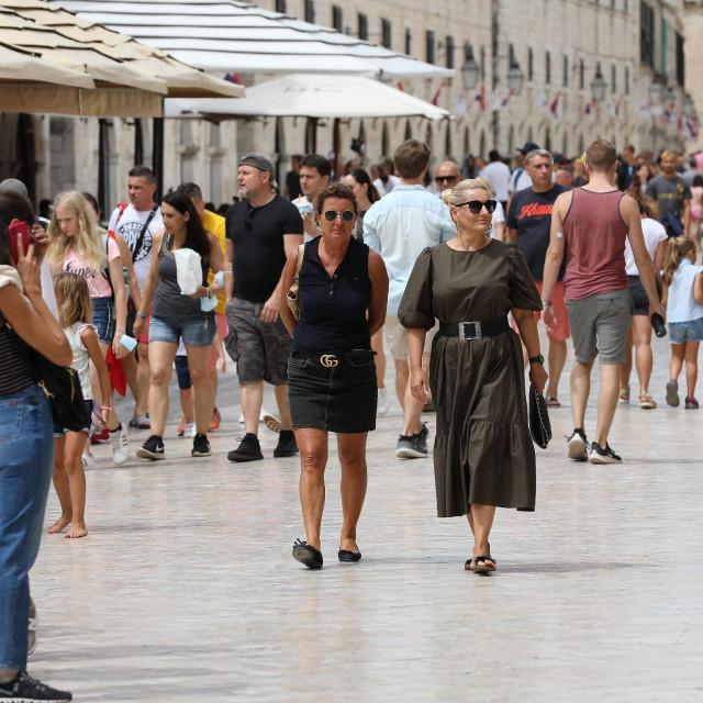 Dubrovnik, 050820. Neradni dan su mnogi gradjani i turisti iskoristili za setnju i fotografiranje na Stradunu.<br />