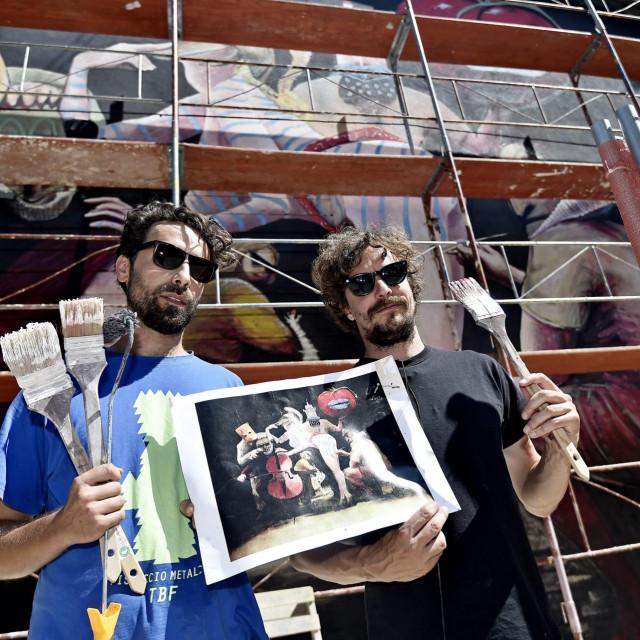 Luka Duplančić i Ivan Svaguša ispred murala koji će biti predstavljen u petak<br />