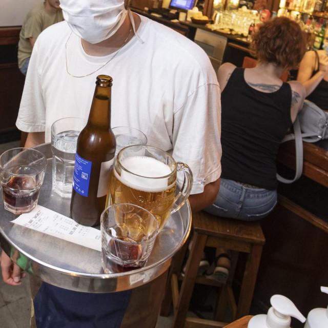 Split, 31072020.<br /> Kafici i pubovi izvan centra grada koji su postali omiljena olupljalista Splicana.<br /> Na fotografiji: Lega iz Osijeka, konobar u Basketu.<br />