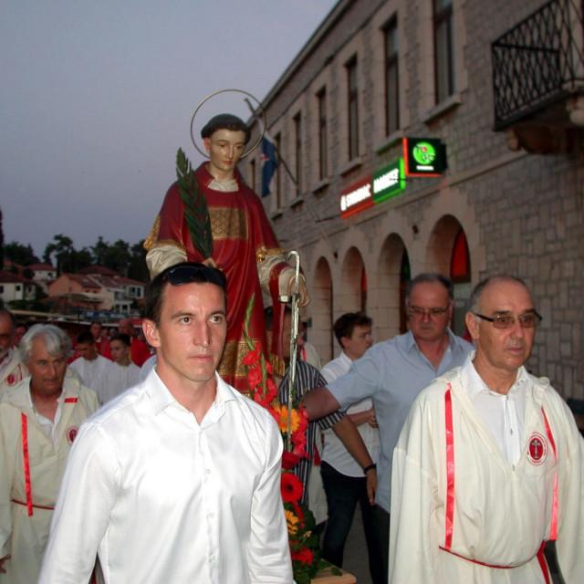 U procesiji su kip sv. Lovre nosili bratimi Čudotvornog sv. Križa iz Vrboske