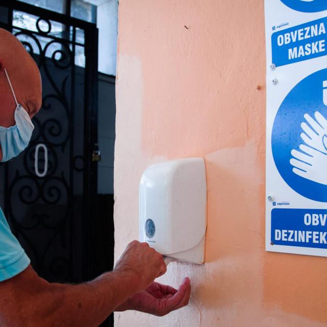 Dezinfekcija ruku na ulazu u Peškariju