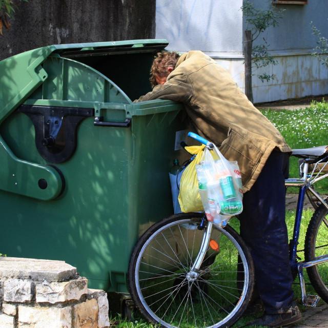 Umirovljenici hranu i boce traže u kontejneru