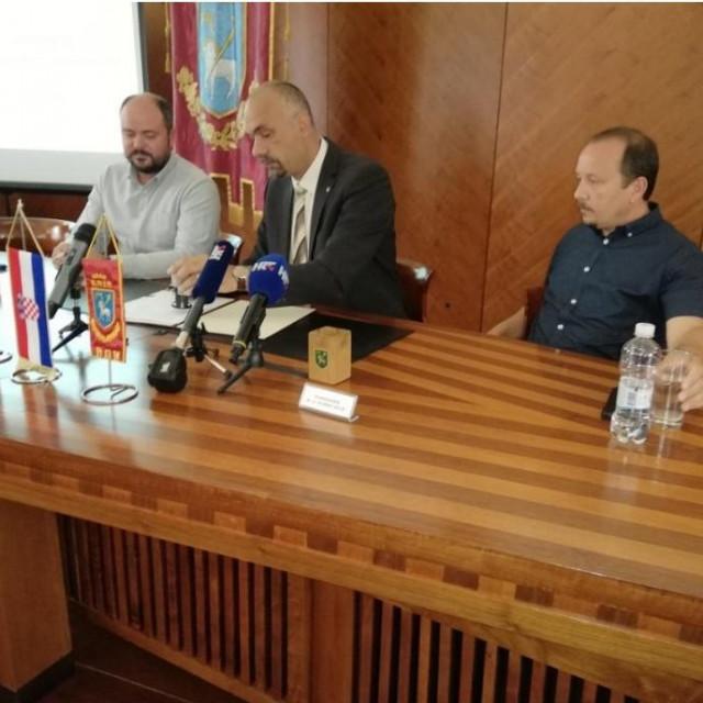 Marko Jelić (u sredini) i predstavnici tvrtke 'Reilance'<br />
