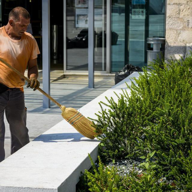 <br /> Radnici gradske komunalne tvrtke Zeleni grad započeli su uređenje zelenih površina na ulazu u gradsku knjižnicu i parking na Poljani kod gradskih bedema.<br />