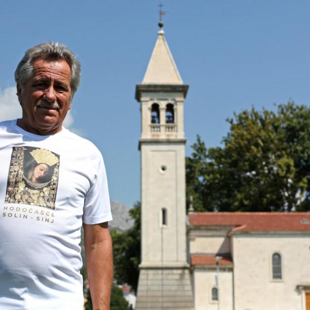 Maratonac Jakov Teklić na Gospinu otoku ususret hodočašću Gospi Sinjskoj u majici posebno izrađenoj za ovu prigodu