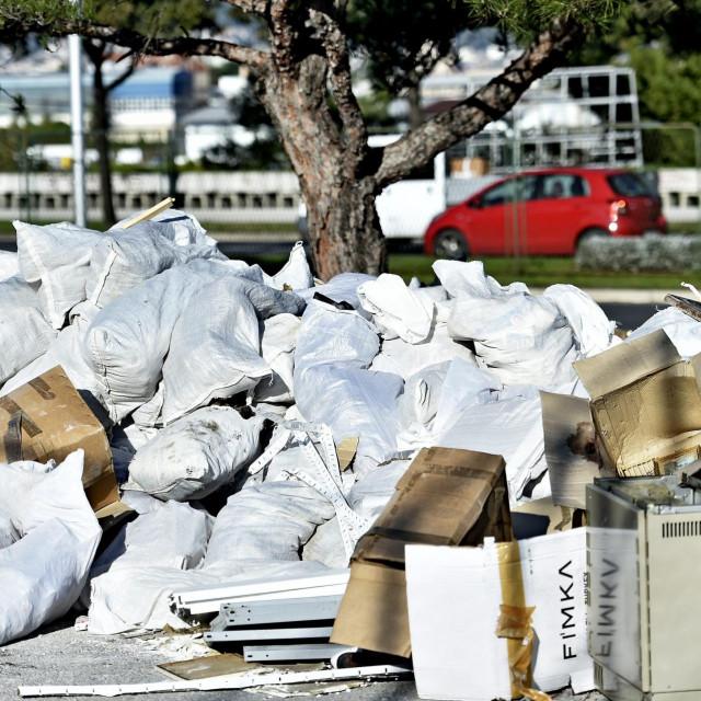 Krupni otpad se mora prijaviti kotaru ili 'Čistoći', a građevinski komunalnom redarstvu