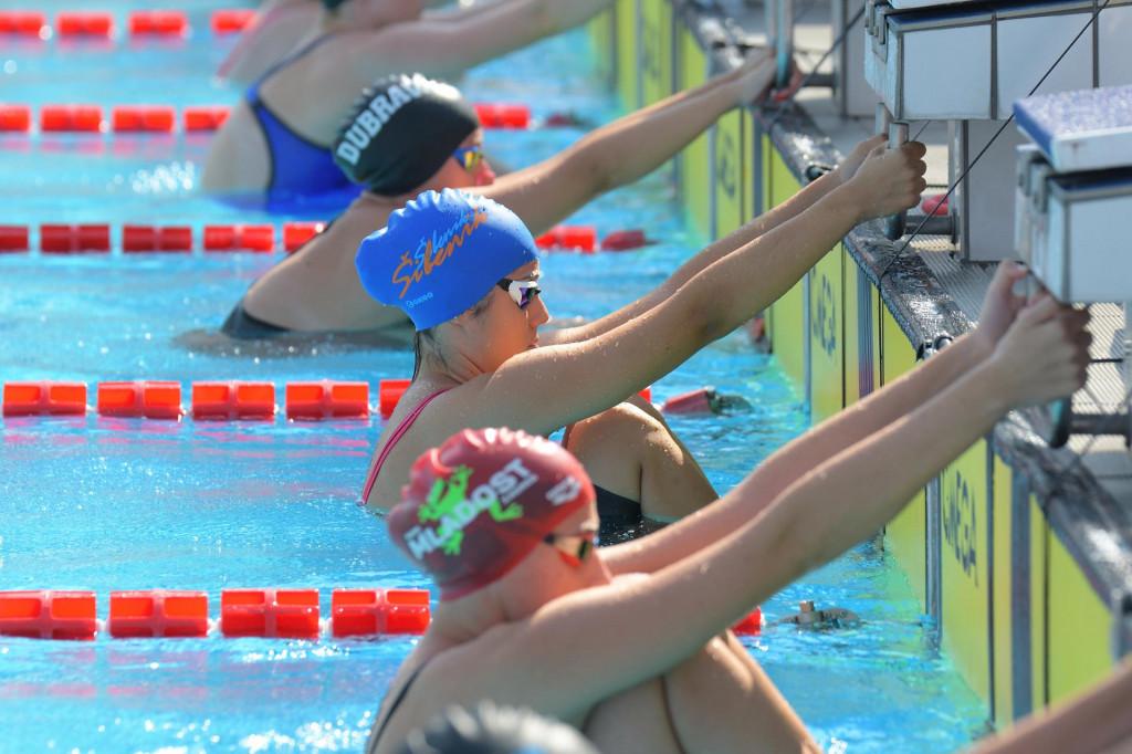 Marija Kardum (u plavoj kapici, druga od kamere na startnome bloku) – šibenski plivači na Prvenstvu Hrvatske
