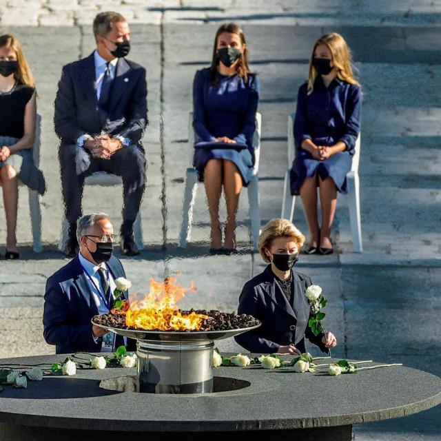 Korona određuje ritam života u EU - na fotografiji je Ursula von der Leyen u Madridu, gdje je odala počast za 28.400 preminulih od COVID-a 19<br />
