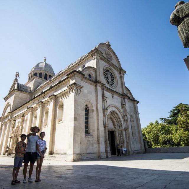 Sibenik, 220720.<br /> Trg ispred katedrale Sv. Jakova prijasnjih godina u ovo doba bio bi pun turista, ove godine radi epidemije Covida 19 je pust i prazan, tek koji turist se moze vidjeti u obilasku i razgledavanju.<br />
