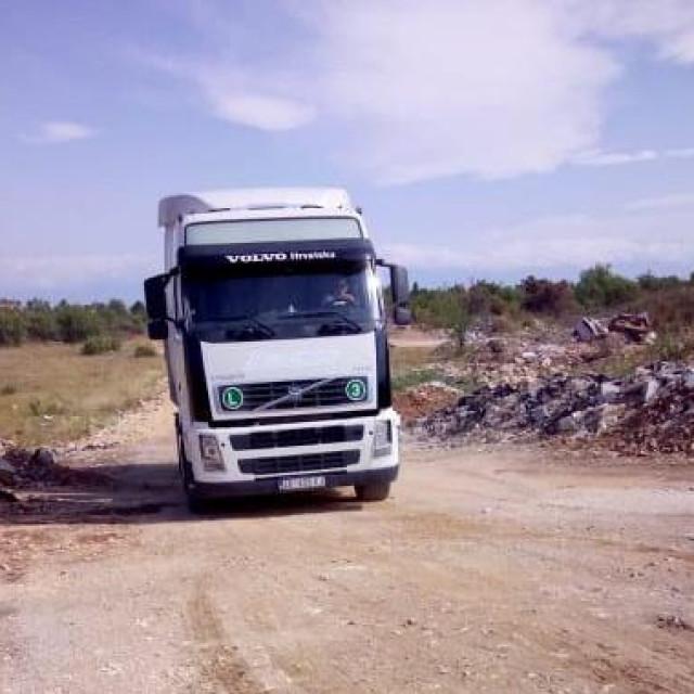 Ilegalni deponij građevinskog materijala na mjestu igrališta NK Smoković