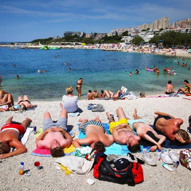 Na najvećoj gradskoj plaži tijekom cijelog ljeta vlada velika gužva, a većina kupača stiže automobilima