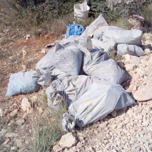 Vozači kamiona ilegalno odlažu otpad na području Njivica