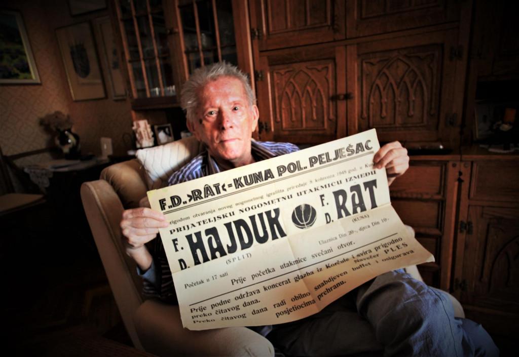 Doktor Bogomil Cezarović s plakatom utakmice Rat - Hajduk odigrane 8. kolovoza 1948. godine. Imao je 17 godina kad je prvi put igrao za Rat protiv Hajduka foto: Tonči Vlašić