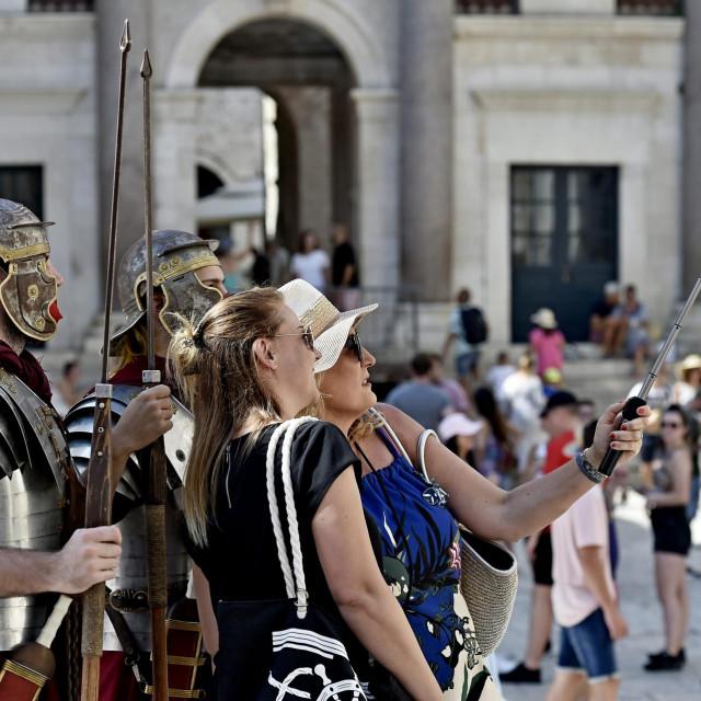 Turisti na Peristilu