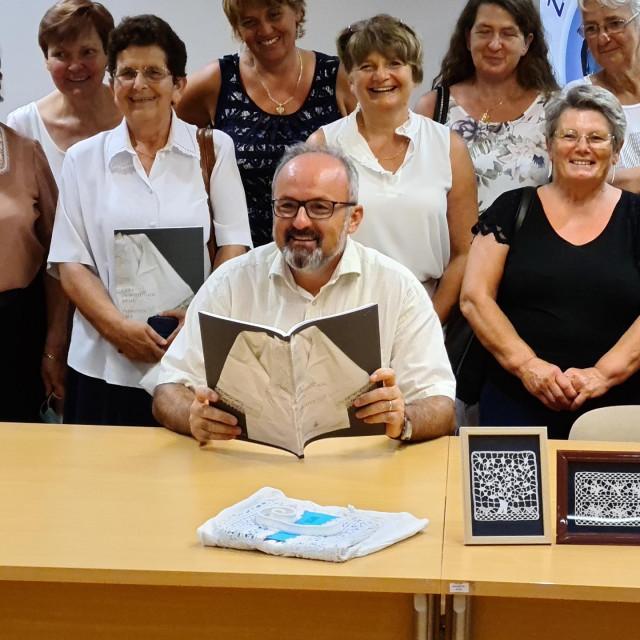 Dr. Jadran Kale okružen primoštenskim čipkaricama kojima je knjiga posvećena<br />