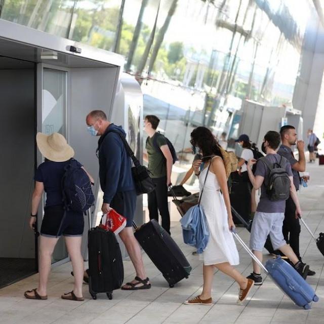 Odlazak engleskih turista s aerodroma nakon odluke britanske vlade o stavljanju Hrvatske u crvenu zonu