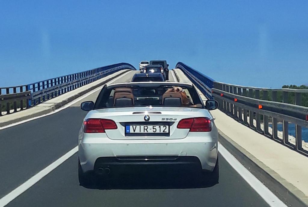 Ova slika sve govori o destinaciji – mađarski turisti u automobilu na Virskom mostu s tablicama na kojima piše VIR