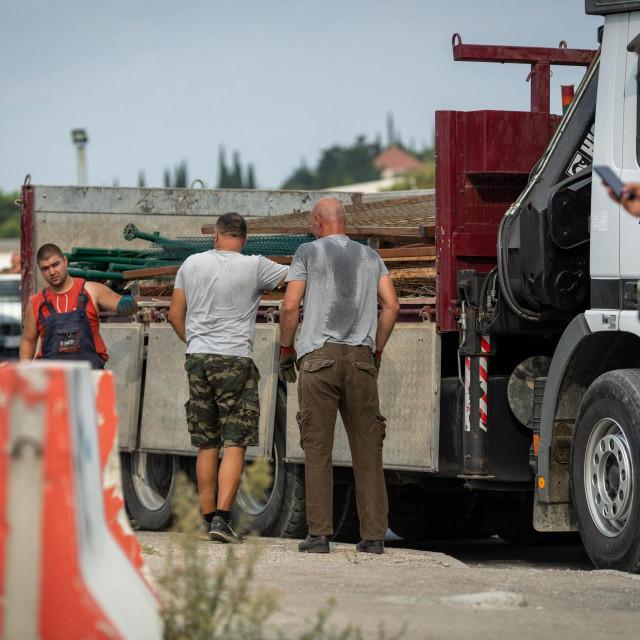 Sirobuja - redari uklanjaju ilegalno postavljene ograde