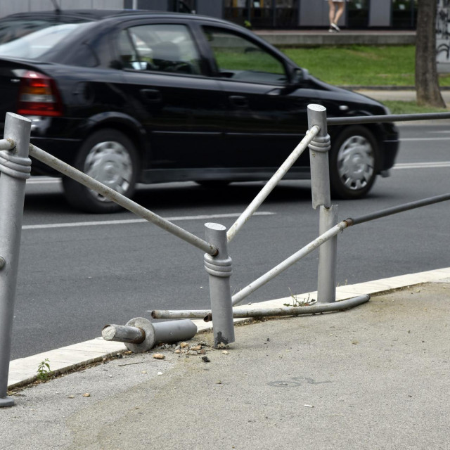 'Skršena' ograda na opasnoj pješačkoj lokaciji kod naše medijske kuće