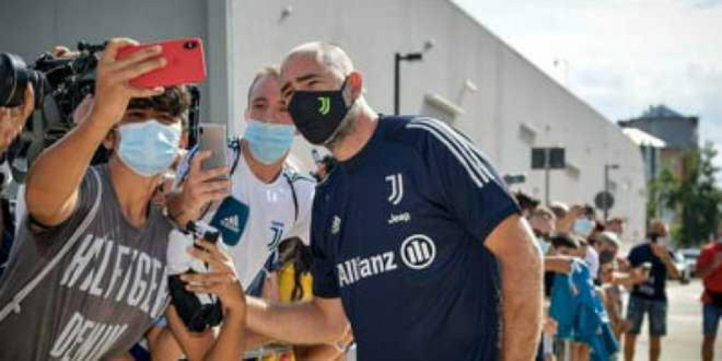 Igor Tudor slikavao se s navijačima Juventusa koji su ga podržavali i za igračkih dana