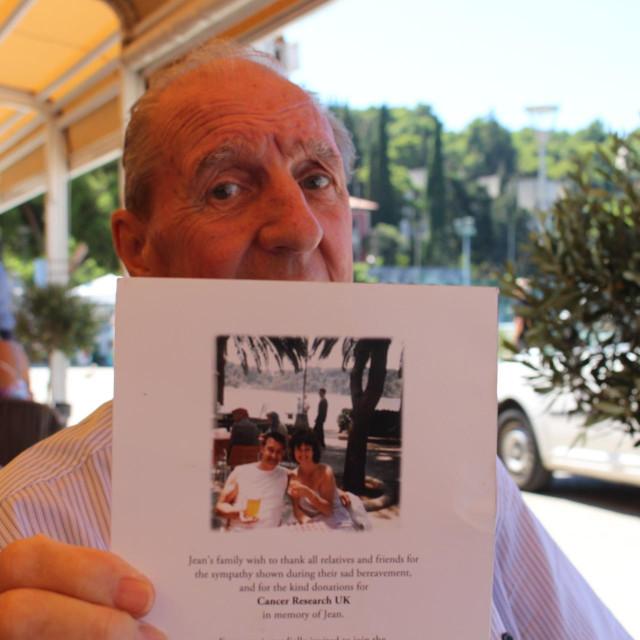 John Millington, Britanac koji već 34 godine dolazi u Cavtat pokazuje fotografiju iz 1984. kad je s pokojnom suprugom prvi put došao u Cavtat