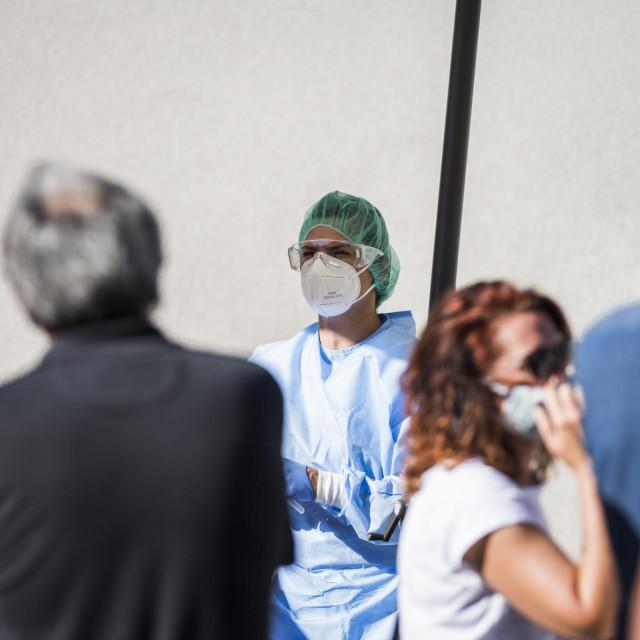 Sibenik, 210820.<br /> Guzva ispred Opce bolnice Sibenik za testiranje na COVID-19 virus.<br />