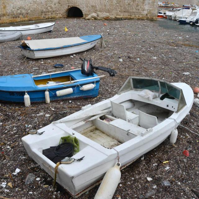 Jadransko more suočeno je i s velikim utjecajima prekomjernog ribolova, a onečišćenje plastikom i naftom s ispuštanjem otpadnih voda, izravno utječe na degradaciju obalnih i morskih ekosustava