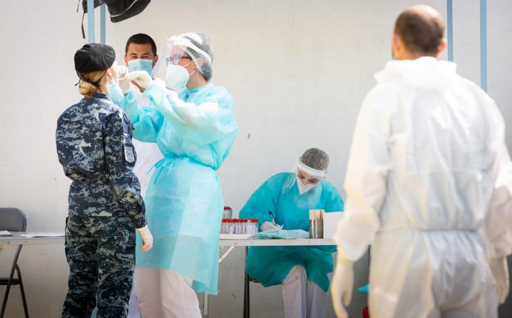 Split 160720.<br /> Vukovarska.<br /> Epidemiolozi uzimaju uzorke zbog testiranja na koronavirus ispred zgrade Higijenskog zavoda.<br />